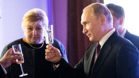 Statsminister Erna Solberg og president Vladimir Putin avbildet under Arktisk forum i St. Petersburg i forrige uke. Ifølge Kremls offisielle inntektsopplysninger, tjener Solberg langt mer enn Putin.