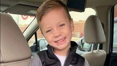 KASTET FRA ET REKKVERK: 5-åringen ble kastet nesten 12 meter ned fra et rekkverk på et kjøpesenter. Nå kjemper gutten for livet.