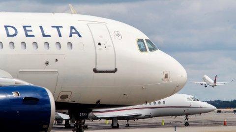 Delta Air Lines vil få bukt med setekonflikter på flyet. Foto: Mary Altaffer/AP Photo/NTB Scanpix