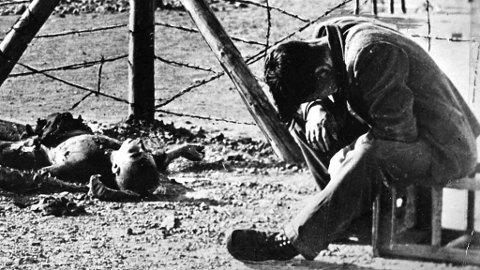 Påtalemyndigheten beskriver Dey var et «tannhjul i drapsmaskineriet» til nazistene. Ifølge Die Welt erkjenner Dey at han jobbet ved leiren, at han visste om gasskamrene og at han så utsultede mennesker, men hevder at han ikke er skyldig. Illustrasjonsfoto: Konsentrasjonleir under andre verdenskrig.