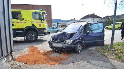 I HUSVEGG: En bil har kollidert med en husvegg på Strømsø i Drammen.