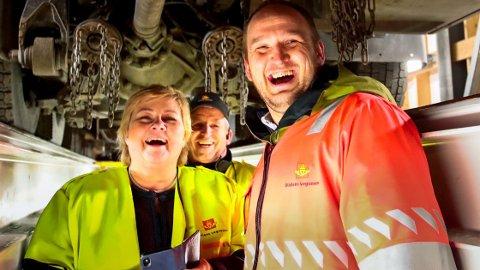 HÅVER INN: Statsminister Erna Solberg (H) og samferdselsminister Jon Georg Dale (Frp) kan smile på vei til banken siden bompengene fortsetter å strømme inn i statskassa.