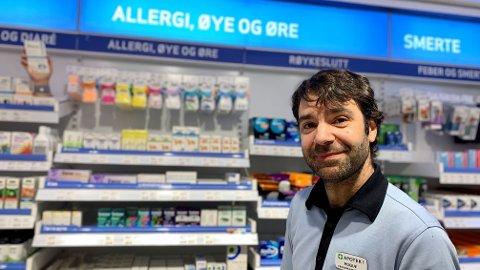 EKSPERTENS RÅD: Farmasøyt Roque Jimenez jobber på Apotek 1 på Torgterrassen i Stavanger. Han anbefaler lokal behandling som øyedråper og nesespray før allergitabletter. - Saltvannsøyedråper kan i seg selv være nok for dem med bare litt allergi, sier Jimenez.