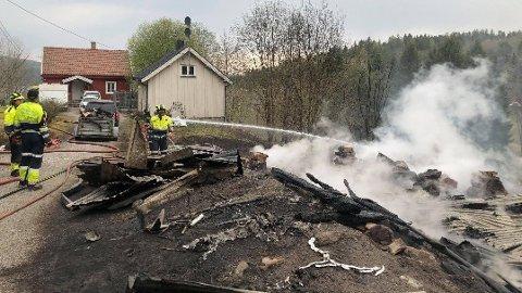 En låve tok fyr etter gressbrann i Grytedalen i Varteig onsdag. Låven kollapset som følge av dette.