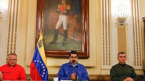 Venezuelas president Nicolás Maduro taler på TV tirsdag kveld. Til høyre sitter forsvarsminister Vladimir Padrino López og til venstre lederen for grunnlovsforsamlingen Diosdado Cabello. Foto: AP / NTB scanpix