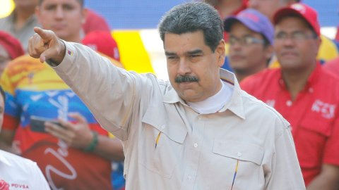 Venezuelas president Nicolás Maduro var tirsdag klar til å sette seg på flyet til Cuba, men ble overtalt av Russland om å bli værende, ifølge Mike Pompeo. Foto: AP / NTB scanpix