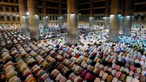 RAMADAN: Muslimer over hele verden vil faste i Ramadan-måneden som starter 6. mai. Her fra Jakarta i Indonesia, hvor muslimene er i gang med fasten.