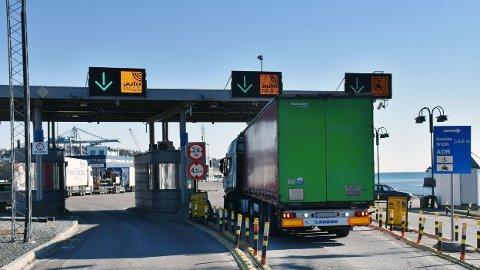SLIPPER UNNA: Mange utenlandske trailersjåfører slipper unna bompenger til stor frustrasjon for norske trailersjåfører.