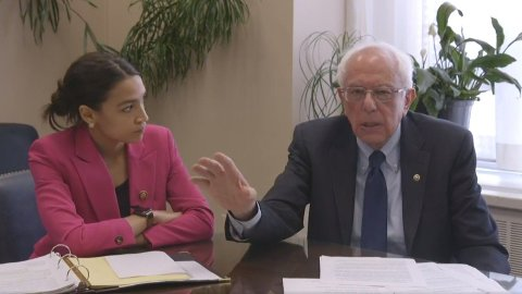 Presidentkandidat Bernie Sanders og Alexandria Ocasio-Cortez lanserer en radikal plan om å sette et tak på 15 prosent på alle kredittkort-renter i USA.