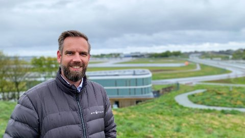 Da Thomas Flinskau så hvordan solcellene spredte seg i Europa, var han rask til å starte Integrate Renewables for å være i forkant i Norge. I bakgrunnen skimtes solcellene han har montert på taket til Ateas nybygg på Sola.