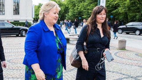 Kommunikasjonssjef i SMK, Trude Måseide (til høyre), har en årslønn på 1.457.000 kroner, som er høyere enn statsrådlønn (1,36 mill.). Statsminister Erna Solberg har per i dag en årslønn på 1.680.277 kroner.