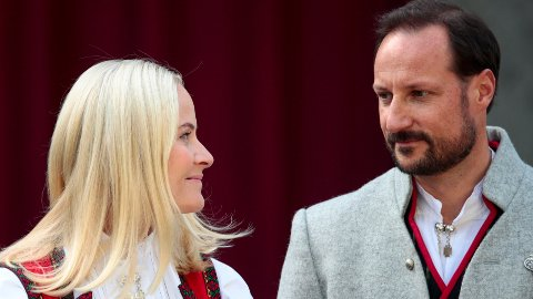 GIKK PÅ SMELL: Kronprins Haakon og kronprinsesse Mette-Marit måtte tåle både lavere bidrag og verdipapirsmell i fjor for fondet deres.