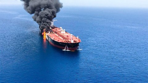 BRANN: En oljetanker står i brann i Omanbukta torsdag. Foto: ISNA / AP / NTB scanpix
