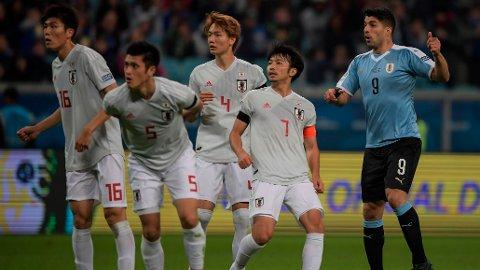 I COPA AMERICA: Japan har sammen med Qatar blitt invitert til årets utgave av Copa America. Her er Takehiro Tomiyasu, Naomichi Ueda, Ko Itakura og Gaku Shibasaki i kamp mot Uruguays Luis Suarez. Kampen endte 2-2.