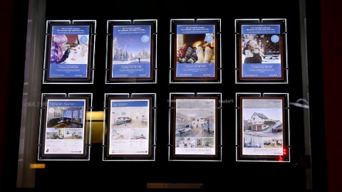 Boligprospekter i vindu hos eiendomsmegler i Oslo. Illustrasjonsfoto: Vidar Ruud / NTB scanpix