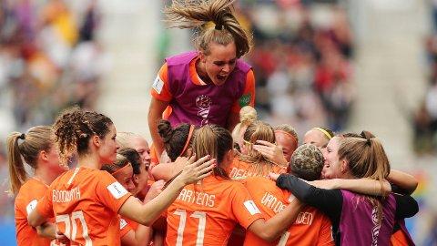 Nederlandsk jubel etter at Anouk Dekker har sørget for 1-0 i den siste gruppespillkampen mot Canada. Nederland vant tilslutt kampen 2-1.