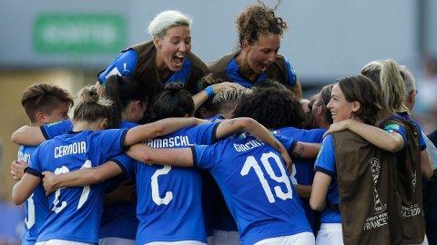 Stor italiensk glede etter at Aurora Galli har gitt laget ledelsen 1-0 mot Kina i åttedelsfinalen. Italia vant tilslutt 2-0.