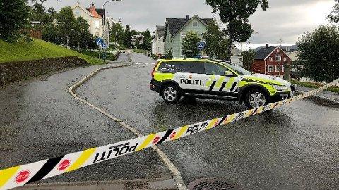 AVSPERRET: Et stort område fra Gyllenborg skole og ned mot gamle rådhuset er sperret av i krysset Skolegata og Rådhusgata i Tromsø etter at en kvinne ble funnet bevisstløs søndag morgen.