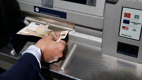 VALUTAFELLE: Tre av ti nordmenn tar ut utenlandsk valuta før avreise.