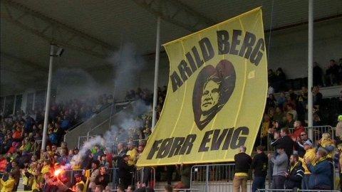HYLLEST: Bodø/Glimt-supporterne hyllet nylig avdøde Arild Berg på Aspmyra mot Odd.