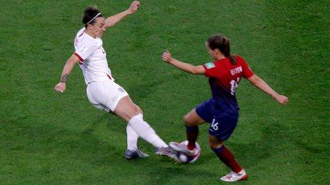 England's Lucy Bronze har kanskje vært VM beste spiller hittil og høyrebacken scoret blant annet et fantastisk mål mot Norge. Her i duell mot Guro Reiten under torsdagens kvartfinale.