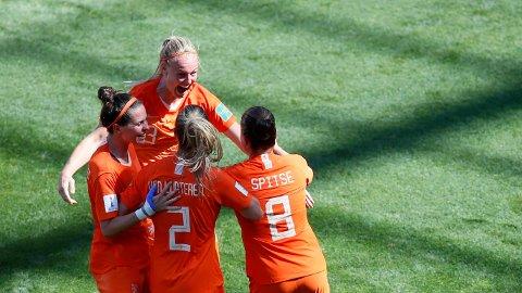 Nederlands Stefanie Van Der Gragt feirer med lagvenninnene etter at hun scoret 2-0 målet mot Italia l lørdagens kvartfinale.