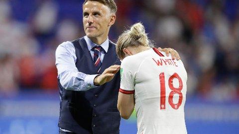 Toppscorer Ellen White trøstes av landslagssjef Phil Neville, etter at England tapte semifinalen mot USA. I dag er England klare favoritter mot Sverige i bronsefinalen.