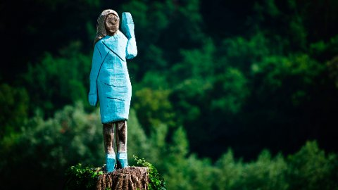 Denne statuen av førstedame Melania Trump ble fredag avduket i Sevnica i Slovenia.