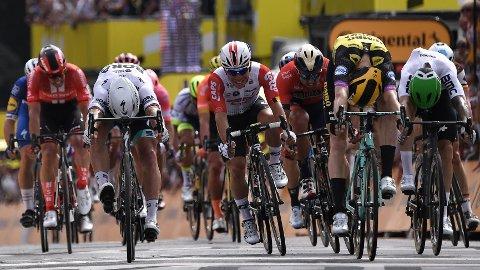 JEVNT: Mike Teunissen (nummer to fra høyre) spurtslo Peter Sagen på åpningsetappen i Tour de France.