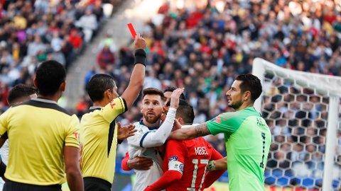 UTVIST: Lionel Messi og Gary Medel fikk begge direkte rødt kort i bronsefinalen.