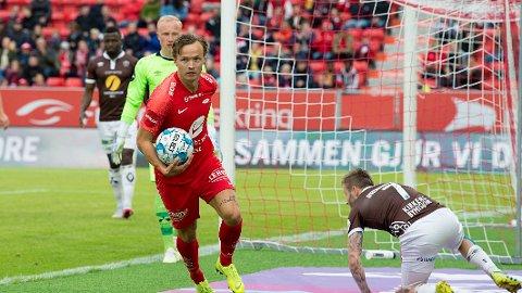 Brann sliter med å vinne på hjemmebane og de sliter med å score mål på Brann stadion. Her løpet Fredrik Haugen ut for å ta en av mange cornere i søndagens 0-0 kamp hjemme mot Mjøndalen.