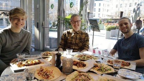 KEBABTESTING: Oliver Mølmen Kjeldstad, Even Ydstie og Simon Solberg Skorpen var tre av dem som var med på kebabtestingen.