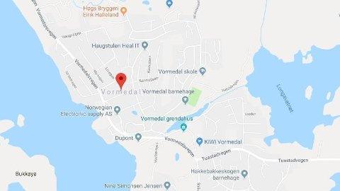 LEKKASJE: Det har vært lekkasje hos en bedrift i Vormedal i Rogaland, og brannvesenet har pumpet opp flere hundre liter med svovelsyre.