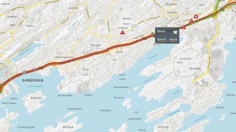 TRAFIKKUHELL: Det har vært et trafikkuhell på Strand i Bærum fredag ettermiddag, og det danner seg lange køer på E18 som følge av ulykken.