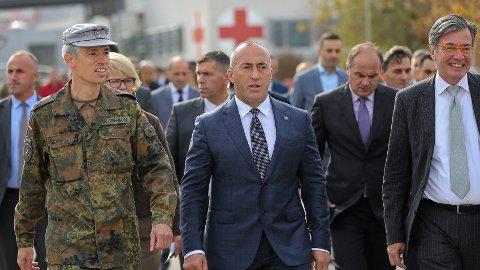 GÅR AV: Kosovos statsminister Ramush Haradinaj (i midten) går av.