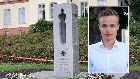 REAGERER: Roar Howlid, fylkessekretær i AUF i Vestfold, var med under minnemarkeringen i regjeringskvartalet mandag og opplesing av navnene til de 77 som ble drept. I hjembyen hans, Tønsberg, ble minnebautaen tagget.