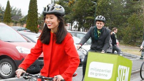 LIKER SYKKEL: MDG-byråd Lan Marie Berg (t.v.) er glad i å sykle, og har satt av tre millioner kroner til elektriske lastesykler. Her sammen med ektemann og MDG-politiker Eivind Trædal (t.h.)