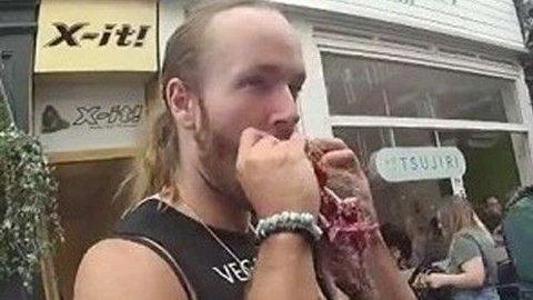 Gatis Lagzdins (29) (bildet) ble dømt til å betale 400 pund etter at han og Deonisy Khlebnikov spiste rå ekorn på en marked i London.