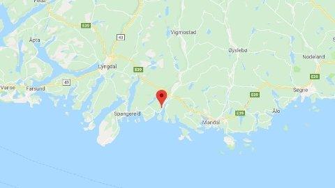 BIL I VANNET: Nødetatene har rykket ut etter melding om bil i vannet ved Snig i Lindesnes.