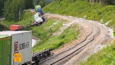 En rekke godskonteinere ligger veltet ned mot elva Namsen som følge av avsporingen. Foto: Bane Nor / NTB scanpix