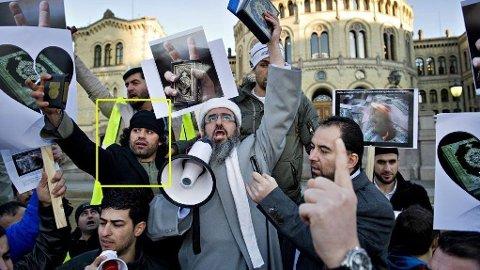 Abdul Rahman Nauroz under demonstrasjon i Oslo i mars 2012, mot koranbrenning. Han ble anklaget for å ha finansiering og rekruttering til terror, og terrorplanlegging. Her er han avbildet med Krekar.