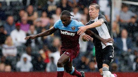 FORNØYD: Mye tyder på at landslagsspiller Stefan Johansen forlenger kontrakten sin med Fulham. Her i duell med West Hams Michail Antonio.