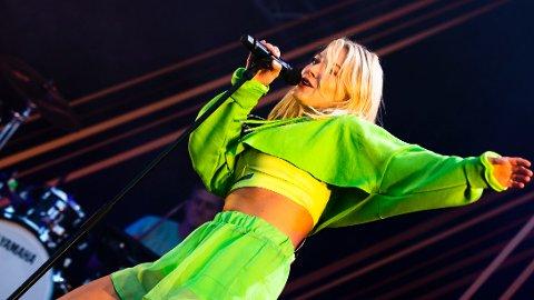 STJERNE: Astrid S har etablert seg som en av Norges klart største artister. Her fra en konsert på Jugendfest i Ålesund i 2018.