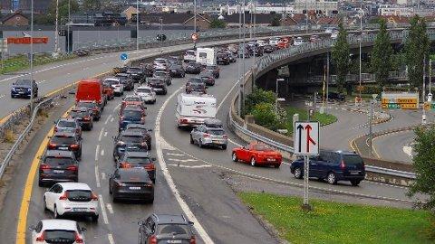KØ: Tett trafikk og saktegående kø nordover på E 18 gjennom Drammen skaper kø også på påkjøringsrampa på Bangeløkka søndag ettermiddag.