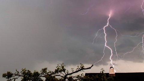 SMELLER: Uvær og lynnedslag sett fra Disen i Oslo i juni. Tirsdag kveld og natt til onsdag er det klart for mer torden.
