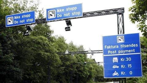 Politiet mener mannen festet en metallbrikk for å dekke over minst ett tall på bilskiltet sitt. Illustrasjonsfoto: Bompengestasjon i Bergen.