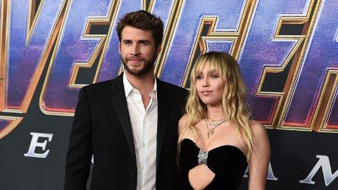 SNAKKER ETTER BRUDDET: Liam Hemsworth og Miley Cyrus kommenterer bruddet på to vidt forskjellige måter.