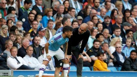 MANAGER OG KAPTEIN: David Silva har tatt over kapteinsbindet i Manchester City. Nå hylles han av manager Pep Guardiola.