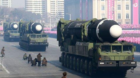 Nord-Korea viser stolt fram sine ballistiske missiler av type Hwasong-15 under en militærparade i 2018. Hwasong-15 har en rekkevidde til å treffe mål hvor som helst i USA. Missilet er testet kun én gang. Nord-Korea skal nå ha kapasitet til å lage små atomstridshoder som kan leveres med ballistiske missiler.