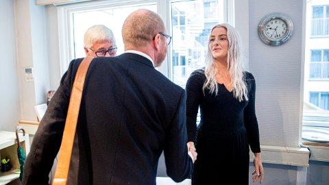 Sjefredaktør i VG, Gard Steiro, hilser på Sofie under behandlingen av klagen på VGs dekning av den omstridte dansevideoen til Trond Giske i Pressens Faglige Utvalg (PFU).